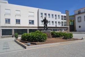 """Estátua """"Trabalhador da Vinha"""", junto à Câmara Municipal"""