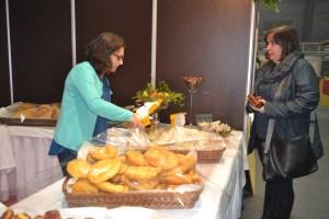 Gina Andrade a vender os Ouriços de Castanha/ Foto: Salomé Ferreira