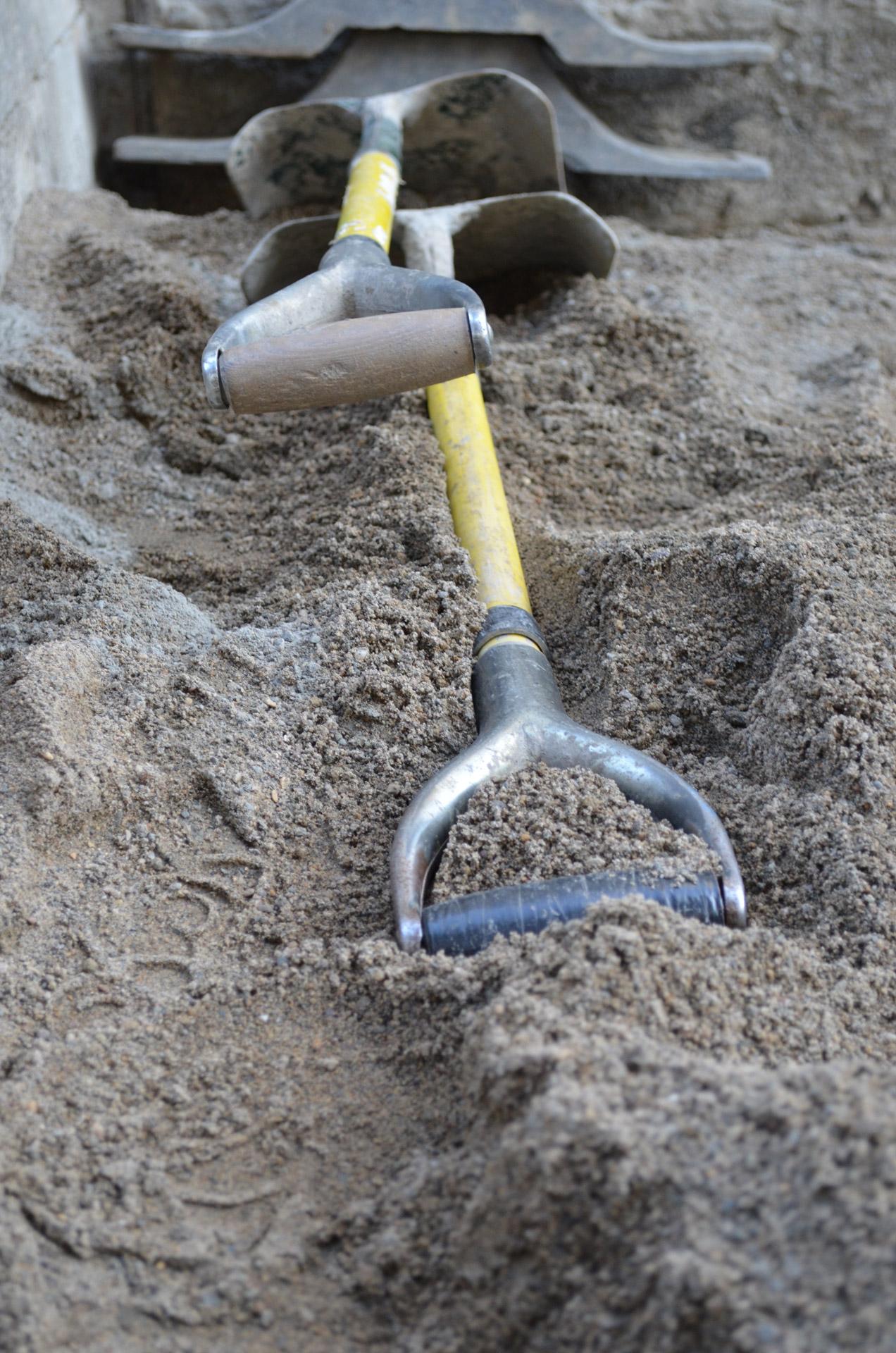 スコップと砂