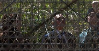El ministro del Interior, Jorge Fernández Díaz, observa la valla fronteriza entre Melilla y Marruecos.