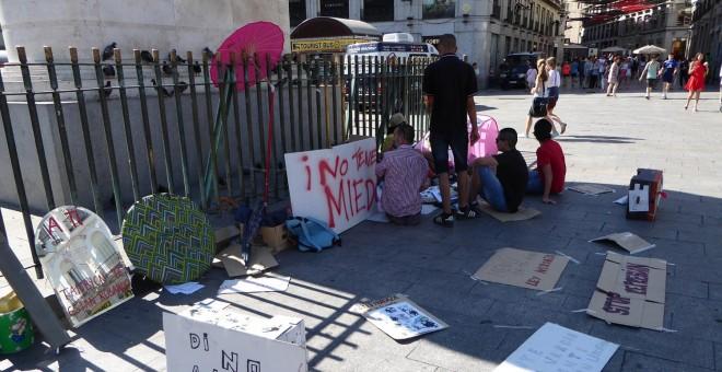 Un grupo de jóvenes está acampado en la Puerta del Sol desde este martes por la noche, en protesta por la 'ley mordaza' / A. I
