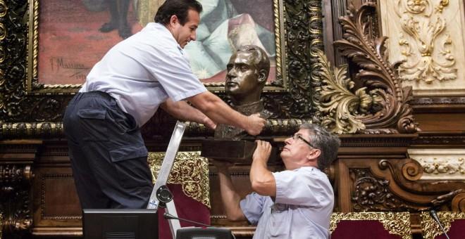 Trabajadores del Ayuntamiento de Barcelona retiran el busto del rey Juan Carlos del salón de plenos. -EFE