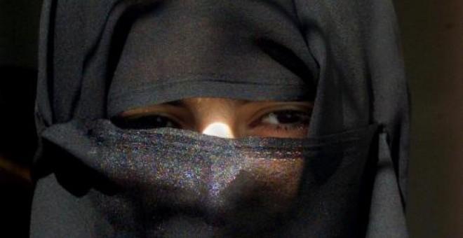 Una mujer camina en Riad, en una imagen de archivo.- REUTERS