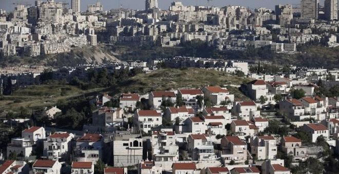 En primer plano una colonia de judíos junto a la ciudad de Jerusalén. - AFP