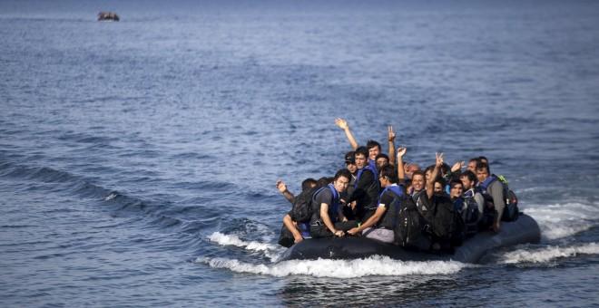 Refugiados llegan a la isla griega de Lesbos en una embarcación hinchable. REUTERS