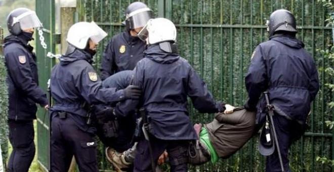 La policía detiene a un activista durante el desahucio de la vivienda de la familia de Carlos Midón. / XOÁN REY (EFE)