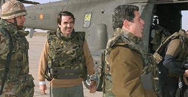 Aznar y Trillo se disponen ayer a subir al helicóptero que les condiciría a Base España, en Diwaniya (Irak). / EFE