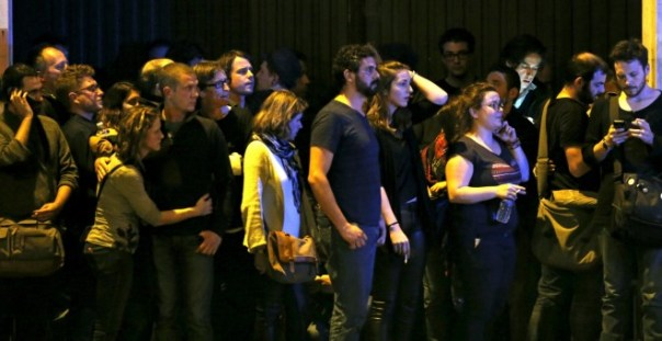 Decenas de personas observan el asalto de la Policía francesa al interior de la sala de conciertos donde los terroristas yihadistas mantenían a más de 100 rehenes. REUTERS