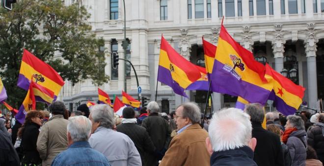 Varios manifestantes con banderas republicanas. / D. Narváez