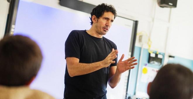 César Bona, en una de sus clases. / P&J