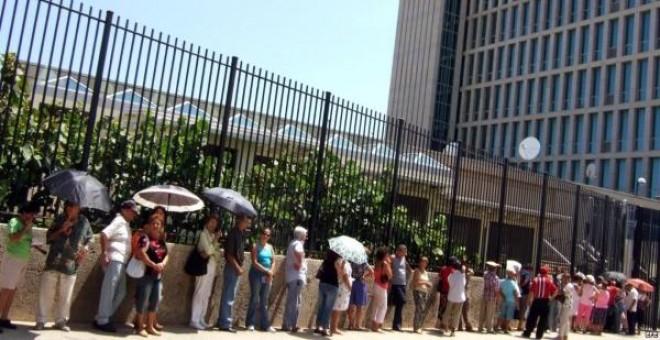 Cola para la Oficina de Intereses en La Habana. EFE