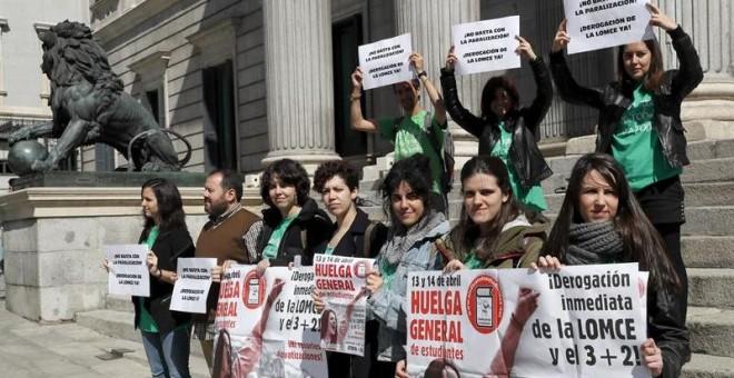Protesta del Sindicato de Estudiantes ante el Congreso de los Diputados. / CHEMA MOYA (EFE)