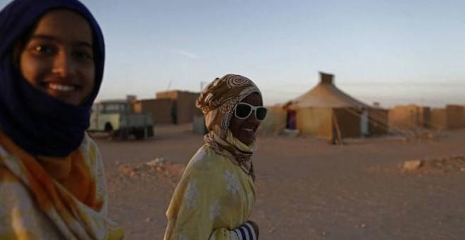 Mujeres saharauis caminan por el campo de refugiados de Smara, en la región argelina de Tindouf, el 2 de marzo de 2016.- REUTERS