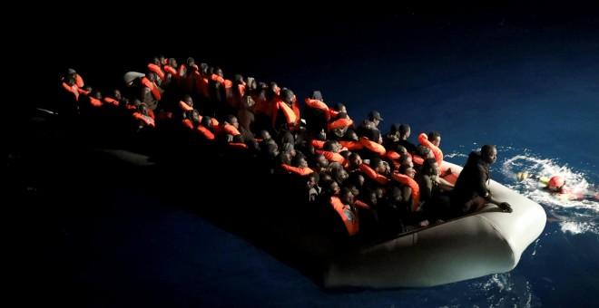 Decenas de inmigrantes subsaharianos atendidos por miembros de la ONG española Proactiva Open Arms. - REUTERS