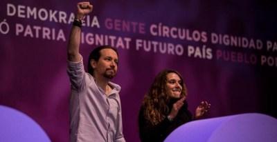 Pablo Iglesias saluda a los asistentes desde la tribuna acompañado por la diputada de Podemos por Cádiz, Noelia Vera. | JAIRO VARGAS