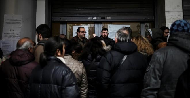 Decenas de personas hacen cola para solicitar ayudas en la Dirección de Bienestar Social y Salud del Municipio de Atenas. REUTERS / Alkis Konstantinidis