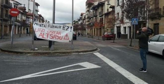 Cartel en Alsasua: 'Montaje policial no. Dejadnos en paz'. E.P