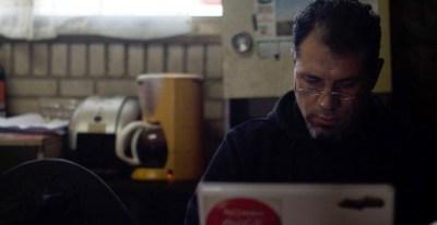 Juan Carlos Asenjo, portavoz del campamento de trabajadores de Coca-Cola en Fuenlabrada y miembro del comité de empresa, trabaja en el interior de la cabaña que motaron a las puertas de la antigua embotelladora. -JAIRO VARGAS
