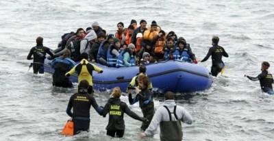 Un grupo de voluntarios acude a rescatar a los refugiados al llegar a la isla de Lesbos. REUTERS