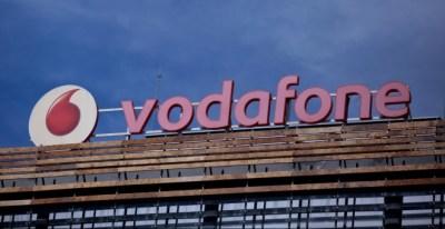 El logo de Vodafone en su sede en Madrid. REUTERS/Andrea Comas
