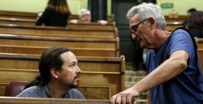Pablo Iglesias charla con Diego Cañamero en el Congreso.   CHEMA MOYA (EFE)