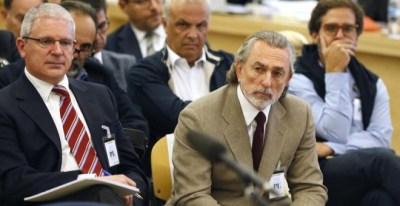 Pablo Crespo (i) junto a Francisco Correa (d), sentados en la sala del juicio de la primera etapa de la Gürtel. EFE