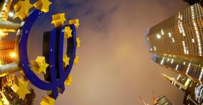 El logo del euro, frente a la sede del BCE en Fráncfort. REUTERS/Kai Pfaffenbach