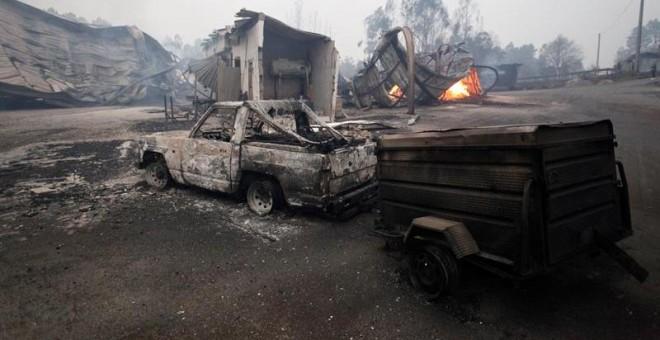 Un aserradero del concello pontevedrés de As Neves, totalmente calcinado tras el paso del fuego. - EFE