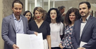 Unidos Podemos- En Comú Podem- En Marea, momentos antes de presentar la Ley de Igualdad Retributiva con el objetivo de acabar con la brecha salarial entre hombres y mujeres, esta mañana en el Congreso de los Diputados. EFE/ JJGuillen