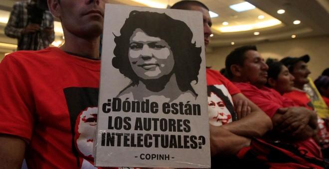 Un hombre sostiene un cartel reclamando conocer la autoría del asesinato de Berta Cáceres, en la rueda de prensa para informar sobre los nuevas inverstigaciones en torno a la muerte de la activista. REUTERS/Jorge Cabrera