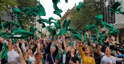 Trabajadoras de las residencias vizcaínas celebran el fin de la huelga./ ELA