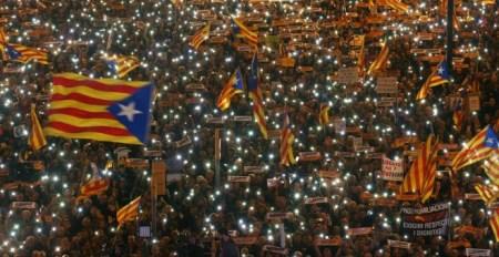 Los participantes en la manifestación para exigir la salida de prisión de los presidentes de la ANC y Òmnium Cultural, Jordi Sánchez y Jordi Cuixart, y de los ocho consellers cesados del Govern encienden sus móviles. REUTERS/Albert Gea