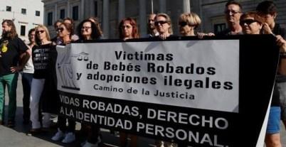Un grupo de víctimas de bebés robados y adoptados ilegales durante una concentración ante el Congreso de los Diputados / EFE
