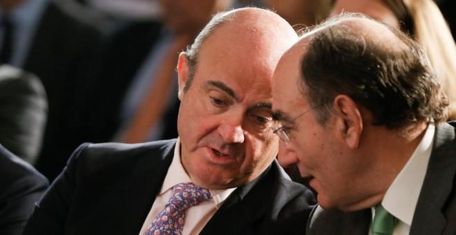 El ministro de Economía, Luis de Guindos, y el presidente de Iberdrola, José Ignacio Sánchez Galán, charlan durante la inauguración de la jornada organizada por Pimco y El Confidencial. EFE/ Mariscal