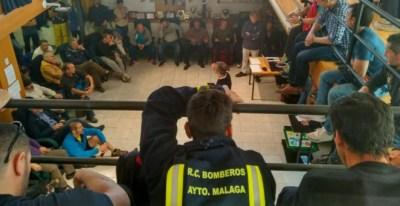 Asamblea de los bomberos de Málaga, durante su encierro. TWITTER @encierrobombmlg