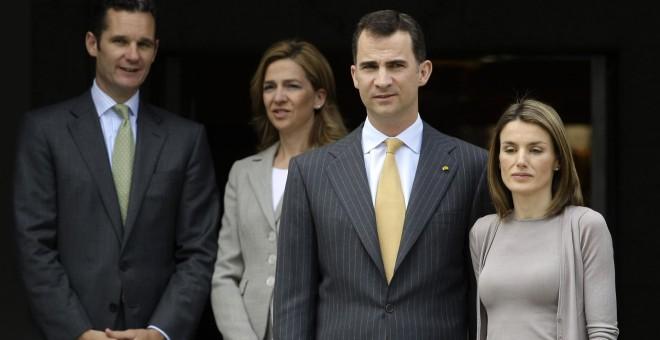El rey Felipe VI y la reina Letizia, junto a Iñaki Urdangarin y Cristina de Borbón, en una fotografía de noviembre de 2014. REUTERS