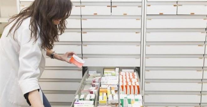 Farmacéutica buscando medicamentos. EUROPA PRESS