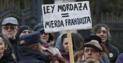 Asistentes a la manifestación convocada por diversos colectivos en Madrid para protestar contra la ley mordaza justo cuando se cumplen tres años de su aprobación. EFE/Javier Lizón