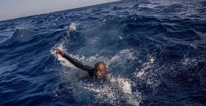 Una persona nada hacia un barco de rescate en el Mediterráneo, cerca de las costas de Libia, en noviembre de 2017.- AFP/ARCHIVO