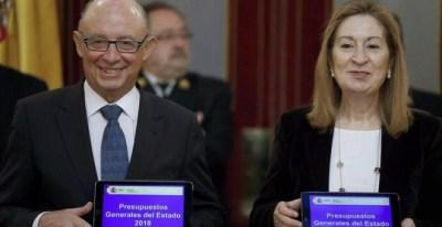 El ministro de Hacienda, Cristóbal Montoro, entrega a la presidenta del Congreso, Ana Pastor, el proyecto de Presupuestos Generales del Estado para 2018.| CHEMA MOYA (EFE)