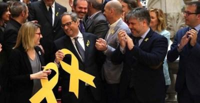 El nuevo presidente de la Generalitat, Quim Torra (c), aplaudido por los miembros de su partido en la escalinata del Parlament (TONI ALBIR | EFE).