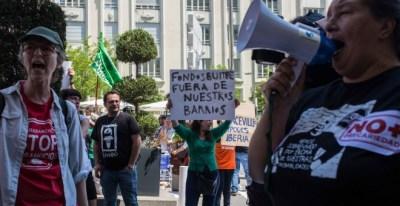 Varias personas se manifiestan contra una convención de fondos buitre junto al Hotel Palace de Madrid.- JAIRO VARGAS