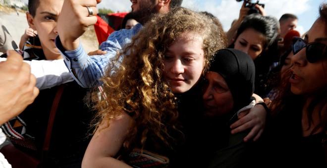 Ahed Tamimi es recibida por el pueblo palestino tras se liberada por Israel. REUTERS/Mohamad Torokman