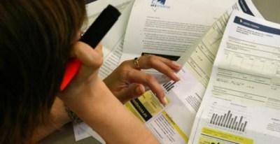 Un consumidor repasa las facturas energéticas / EFE