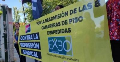 Imagen de uno de los reiterados piquetes informativos que las afectadas, junto con otras personas que se solidarizan con la causa, realizan a las puertas del hotel Exe de Getafe. | CNT Villaverde