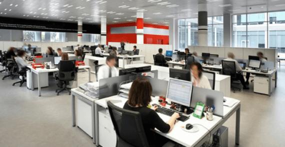 Trabajadores y trabajadoras en una oficina.