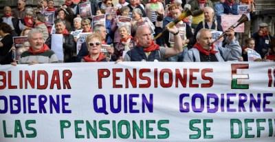 Concentración de jubilados ante el Ayuntamiento de Bilbao en defensa de unas pensiones 'dignas' de al menos 1.080 euros al mes y del blindaje del sistema público EFE/MIGUEL TOÑA