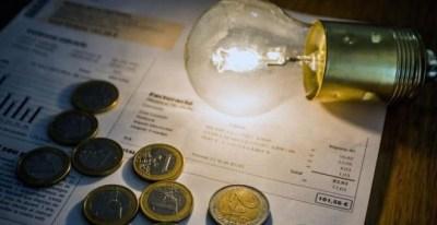 La factura de la luz se abarata tras seis meses de subidas.- EFE