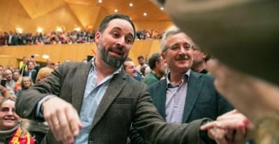 El presidente de Vox, Santiago Abascal y el fundador del partido, Jose Antonio Ortega Lara, saludan a simpatizantes en el Auditorio de Zaragoza - EFE/Javier Cebollada