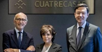 Soraya Sáenz de Santamaría, junto a Rafael Fontana (izqda.) y Jorge Badía, presidente y director general, respectivamente, de Cuatrecasas. CUATRECASAS